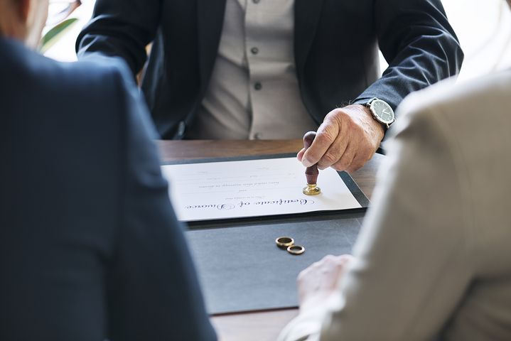 Best divorce lawyer in Sydney helping a couple on their separation